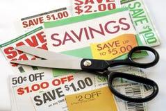 Schneiden Sie oben einige Kupons, um Geld zu sparen Lizenzfreie Stockbilder