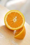 Schneiden Sie Orange auf Holz Stockfotografie