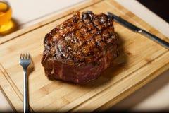 Schneiden Sie Rindfleischsteak auf hölzernem cutboard Lizenzfreie Stockfotografie