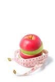 Schneiden Sie roten und grünen Apfel mit Taillenmaß Lizenzfreie Stockfotografie
