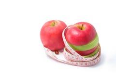 Schneiden Sie roten und grünen Apfel mit Taillenmaß Lizenzfreies Stockbild