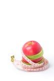 Schneiden Sie roten und grünen Apfel mit Taillenmaß Stockfotos