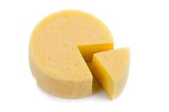 Schneiden Sie runden Käse Lizenzfreie Stockbilder