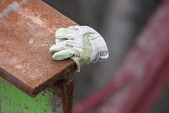 Schneiden Sie Rusty Metal And Glove Lizenzfreie Stockbilder