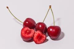 Schneiden Sie saftige rote Kirschen Lizenzfreies Stockbild