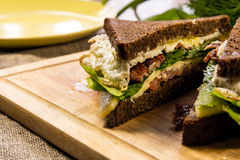 Schneiden Sie Sandwich mit Speck Stockfotos