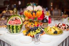 Schneiden Sie schön frische Frucht, auf der Feiertagstabelle Stockbild