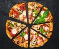 Schneiden Sie in Scheiben köstliche frische Pizza Stockfotografie