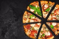 Schneiden Sie in Scheiben köstliche frische Pizza Stockbild