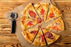 Schneiden Sie in Scheiben köstliche frische Pizza Stockbilder