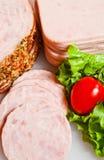 Schneiden Sie Schinken für Sandwich Stockfoto