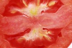 Schneiden Sie Stück eines roten Tomatenmakro lizenzfreie stockfotografie