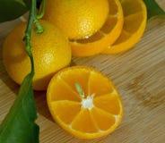schneiden Sie in Stücke der japanischer Orange Stockfotografie