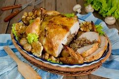 Schneiden Sie in Teile des gebratenen Huhns, das mit Buchweizen und MU angefüllt wird Stockfoto