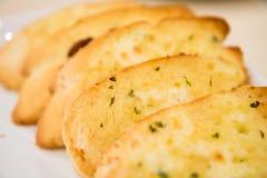 Schneiden Sie Toastkäse-Knoblauchbrot in der Platte Stockfotos