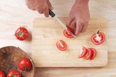 Schneiden Sie Tomaten zur Hälfte, bereiten Sie Tomate für das Kochen zu Stockfotos