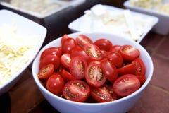 Schneiden Sie Trauben-Tomaten in der Schüssel Stockfotos