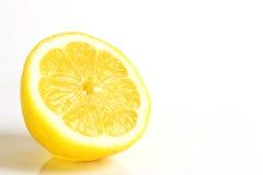 Schneiden Sie Zitrone auf weißem Hintergrund Stockbilder