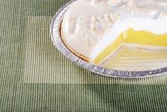 Schneiden Sie Zitronemeringetorte Stockbild