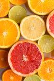Schneiden Sie Zitrusfrüchte auf einem Hintergrund von weißen Brettern Lizenzfreie Stockbilder