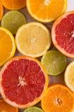 Schneiden Sie Zitrusfrüchte auf einem Hintergrund von weißen Brettern Stockfotografie