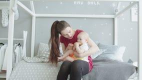 Schneidende Haarbürste netten Babyzahnens im Schlafzimmer stock video