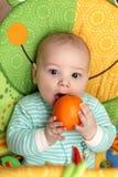 Schneidende Orange des Kindes Lizenzfreie Stockbilder
