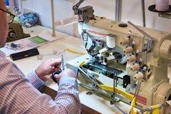 Schneider bei der Arbeit mit Nähmaschine lizenzfreie stockfotografie