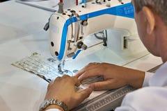 Schneider bei der Arbeit mit Nähmaschine lizenzfreie stockfotos
