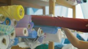 Schneider, der Gewebe-fow nähendes Hemd nimmt stock footage