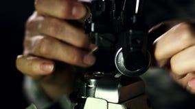 Schneider, der Nähmaschine für Arbeit vorbereitet Schließen Sie herauf die Mannhände, die eine Nadel verlegen stock video