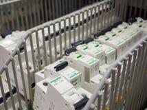 Schneider Electric enciende el estante en grandes almacenes eléctricos foto de archivo