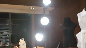 Schneider und Mannequin am Modestudio Schneider, der am Studio arbeitet Ergreifen von Maßnahmen Weißes Mannequin im fron des Lich Stockfoto
