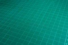 Schneider- und Stahlmachthaber auf Ausschnittauflage, Bürobriefpapierwerkzeuge Stockfotos