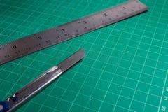 Schneider- und Stahlmachthaber auf Ausschnittauflage, Bürobriefpapierwerkzeuge Stockbilder