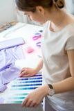 Schneider wählen das Gewebe für das Kleid Stockfotografie