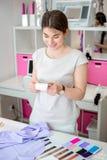 Schneider wählen das Gewebe für das Kleid Lizenzfreie Stockfotografie