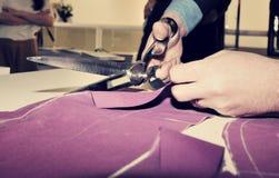 Schneiderausschnittgewebe für bestellte Anzug voraus stockbilder