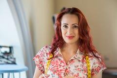 Schneiderfrau bei der Arbeit Lizenzfreies Stockfoto