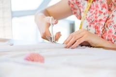 Schneiderfrau bei der Arbeit Stockfoto
