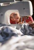 Schneiderfrau, die an der Nähmaschine arbeitet Lizenzfreie Stockfotos