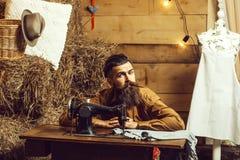 Schneidermann näht Kleidung lizenzfreies stockfoto