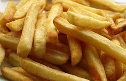 Schneidet Kartoffeln in Stücke Stockbild