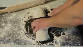 Schneidvorgang des Teigs Vorbereitung des selbst gemachten Teigs Chef bereitet frischen Teig zu stock video