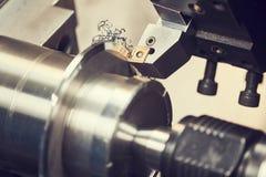 Schneidwerkzeug am Metall, das an Seifenschaummaschine arbeitet Stockfoto