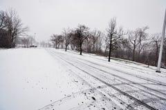 Schneien auf der Straße Lizenzfreies Stockbild