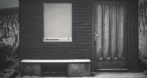 Schneien an der Hütte im Winter stock footage
