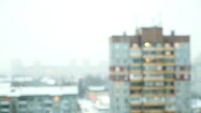 Schneien im Bezirk von mehrstöckigen Gebäuden stock video footage