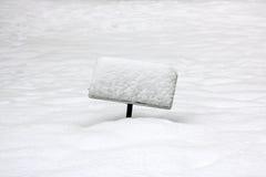 Schneien-im Zeichen auf einem Feld des Schnees stockbilder