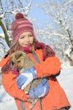 Schneien mit Flocken auf Mädchen und Hund Stockbild